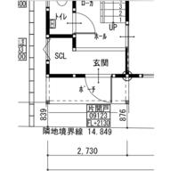 高基礎の玄関ホールについて悩んでいます。 家の前がなだらかな坂になっております。 最初の外構計画では、普通に2段ほどの階段で玄関に上がりつくはずだったのですが、高基礎にします、GLは家の右側を0にして…など説明を受けましたが、玄関ホールについては何も話がないまま、いざ上棟してみると玄関ホールが地面から60-85cmの高さになっていました。 向かって右側が役60cm、向かって左側が80-8...