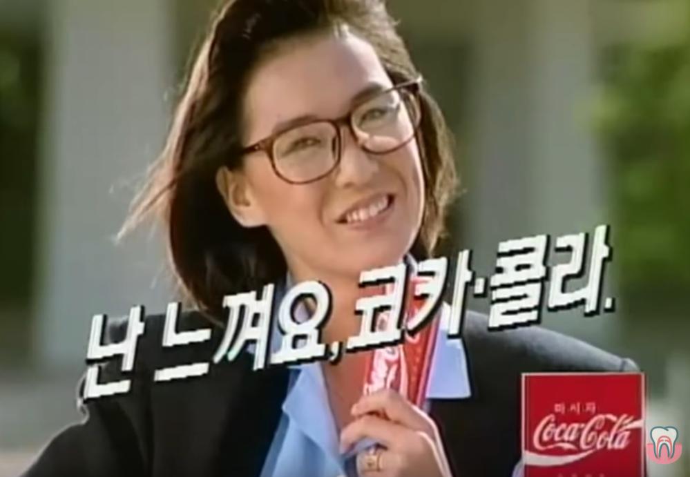 コカ・コーラのTVCMについての質問です。 バブルの頃のCMをyoutubeで見るのが好きで コカ・コーラの当時のCMを見ていたら、 画像のような映像が現れました。 韓国語っぽい歌詞で、登場...