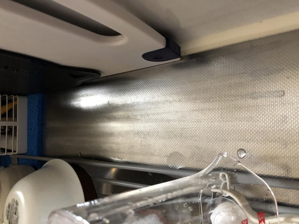 アパートのステンレスキッチンの上の部分にくるくる巻けるタイプのシリコンの水切りラックを置いていたのですが、 半年間くらい使ったらそのままの状態で使い続けてしまったのでこのような水垢が出来てしまいました。 クエン酸とメラミンスポンジを使った落とし方をやって見たのですが全く落ちずお手上げ状態です。 どうやったら綺麗になるでしょうか? また綺麗にするのが難しい場合、アパートを退去する際にどのくら...