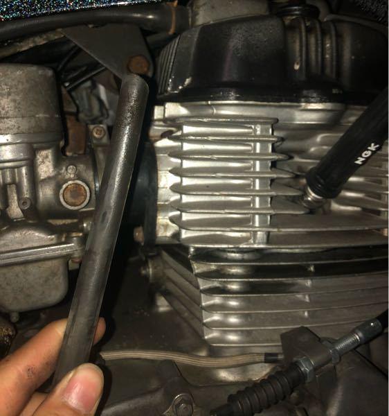 cb250tなんですがこのホースがエンジンから繋がってて下にさがってたんですけどこれでいいんでしょうか アクセル回すとここから液体みたいなのが出てきます アクセルを回したら音がすごく抑えられてい...