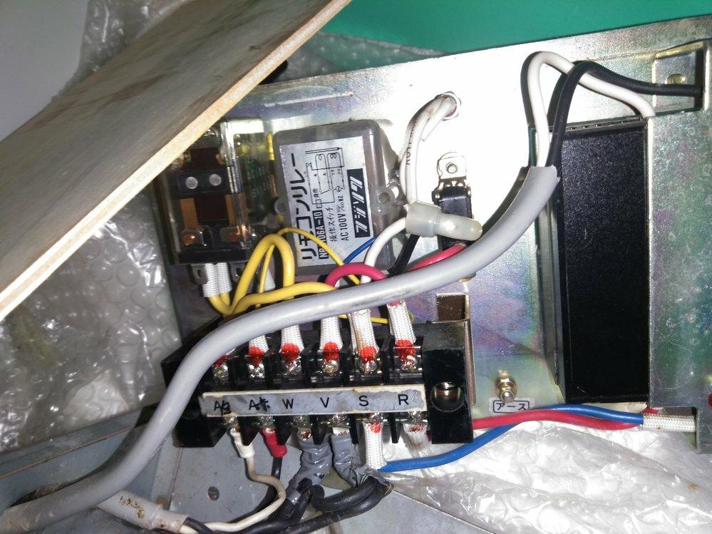 浴室フロアーヒーティングコントローラーが作動しません 浴室の床タイル下に埋め込んであるシートヒーター用です サーモスタット本体と2線 のケーブルまたヒーターへのケーブルの断線などの問題は無いらしいのですがコントローラ内のリモコンリレーが壊れているそうです 15mmA漏電ブレーカーから直接100v投入で温まるそうですが既設埋設サーモスタットと組み合わせて使えるようにできないものでしょうか? 浴...