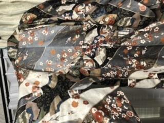 この着物は普段着に使えるものなのか教えてください。 ゆくゆくはアンティーク着物を着てみたいと考えている着物初心者です。 先日、ネット通販で一目惚れした小紋を購入したのですが、届いた実物を見てみると全体の雰囲気が華やかすぎて普段着として使えるものなのか、また普段着として使えるなら帯をどのようなものと合わせるのかわからないでいます。 柄は桜、梅、松、菊、御所車などです。 柄はとても綺麗で実物...
