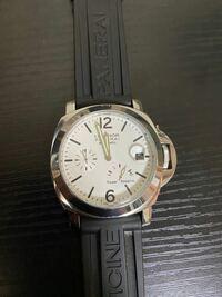 知人から売って貰ったパネライの時計なんですが、素人ではに本物と偽物の区別がつきません。 このパネライは本物ですか?偽物ですか? プロの方お願いします。