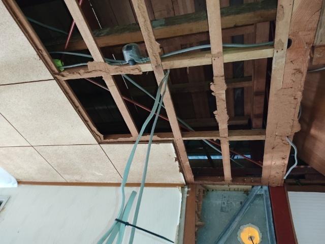 二階床に穴をあけて給水管を通したいのですが、何で切断するんですか。屋根の雨漏り確認するために二階に給水管通したいです。 三層アルミ架橋ポリ管ありますが断熱材が太くて直径5cm以上です。 ホールソーは木だと一個5000円なのに刃が折れます。 DIY始めたころに糞禿たちが教えた神沢(Kanzawa) 自由錐W W-LE K-180Fは4000円以上したのに恐ろしすぎです。 レシプロソーは直線にな...