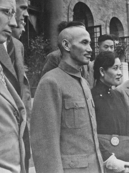 蔣介石(中正)氏は、国共内戦で毛沢東氏率いる中国共産党に敗れて1949年に台湾へ移りましたが、それ以前から台湾に住んでいた人たちは、 蔣介石氏率いる国民党をどう思ったのでしょうか?歓迎したのですか?それとも、面従腹背したのですか?
