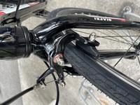 ロードバイクのセンタリングについてなのですが、前輪も後半もブレーキが片効きになっていて、センタリング調節ボルトを探しましたが、 どこにも見当たりません。この場合、なにか対処法があるのか、それともどうしようもないのか、教えていただけると幸いです。