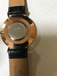 ダニエルウェリントンの時計についてです。 自分は以前ダニエルウェリントンの時計をメルカリで3500円で購入したのですが偽物じゃないか不安です。友達もダニエルウェリントンの本物の時計を持っている人がいて、箱の中身などを見せてもらった所自分と同じでした。時計の裏の写真はこんな感じです。 どなたか分かる方がいましたら教えてください。