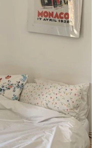 手前の枕カバー、どこのものかわかる方いますか? ぜひ教えて欲しいです