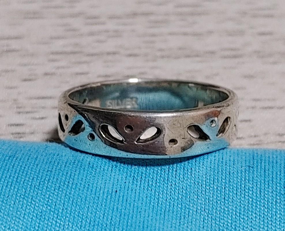 この指輪のブランドわかりますか? 何かのブランドだったはずなのですが、刻印がなく、わかりません。 わかる方いましたら教えて下さい。よろしくお願いします。