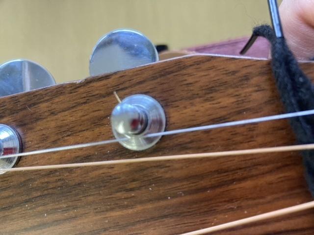 アコギのペクポストに、切れた弦が残ってしまいました。 こんな感じなんですが... この残った1弦を取り外す方法を教えて欲しいです。 回答お願いします。