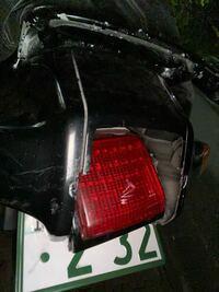 バイクのカウル割れ 車両はzzr1100になります。 イタズラでテールランプ周りのカウルが割れてしまいました。 修復方法にはどんなものがありますか? プロに頼む以外の回答でお願いします(一番最初な検討しているため)