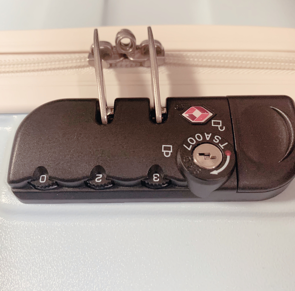 TSA LOCKについて。 本日キャリアケースを購入しました。 そのキャリアケースの鍵があかなくなってしまったのですがどうすればいいですか? 初期は0.0.0となっていてその状態のまま、ロック...