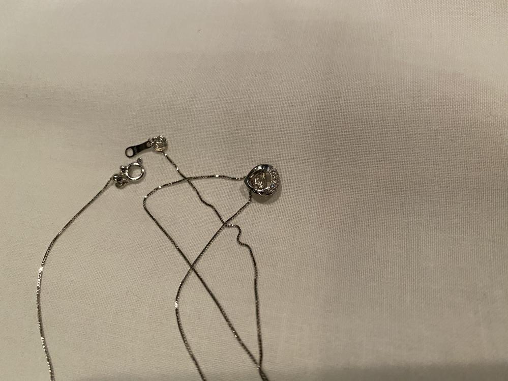 ジュエリーブランドに詳しい方教えてください。姉の店の移転の手伝いをしています。 お客さんから貰った不要なブランド品やジュエリーを処分中なのですが一つだけK18WGの刻印とダイヤモンドが付いたネックレスが出て来ました。 シリアルナンバーもトップ裏にあります。 ノーブランド品かな?とも思ったのですがもしブランド名など詳しい方居らしたら教えてください。 ドロップ型で中でダイヤモンドがゆらゆら揺れるデザインです。