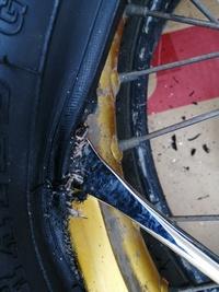 バイクタイヤ交換について 新品タイヤをはめ込んでいて終盤、私が下手だからか? ビードの縁(?)がボロボロと崩れて来るのですが、問題ないでしょうか? タイヤが不良品なのでしょうか?  チューブタイヤです。 宜...