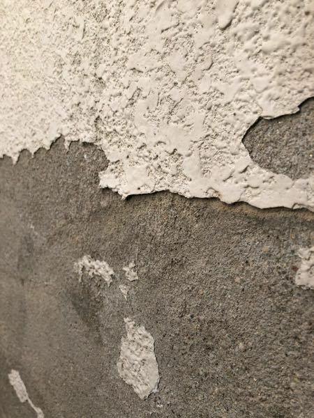 外壁のアスベスト有無 築50年ほどの外壁の塗装が剥がれているため、削って剥がれるところ削って、塗装しようと思うのですが、写真の外壁にアスベストは含まれていそうでしょうか。 築50年ほどの木造長屋です。 写真で分かる方いらっしゃいましたら教えていただけますと幸いです。