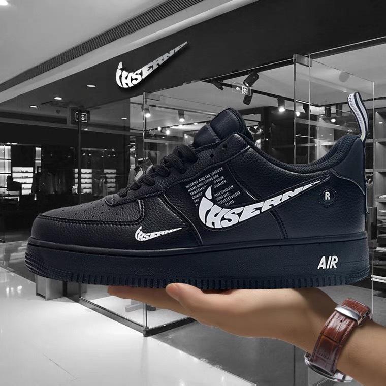 中国のショッピングサイトでよく見るのですが、ナイキのスウォッシュに「ihsernd」と書かれたスニーカーをよくみます。 これは偽物なのでしょうか?