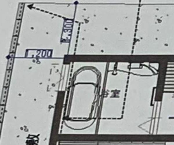 お風呂の窓の位置は北か西か 注文住宅を建てる上で、窓の位置を悩んでいます。 西の隣地にも北の隣地にも家は建つと思いますが 広さのある分譲地なので余裕を持って建つと思います。 確定している点は ・お風呂場には窓は付けることとする。 ・小さめの型ガラス ・窓は三協アルミのアルジオ ペアかトリプル 北側の冬場の寒さ、西側の夏場の暑さ、どちらを優先して考えるべきか悩んでいます。 住友林業の設計士...