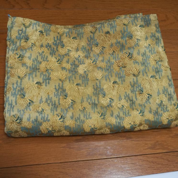 古い着物の生地について 写真のような刺繍があり光沢のある生地は絹なのでしょうか? 木綿との見分け方もあれば教えていただきたいです。 よろしくお願いします。
