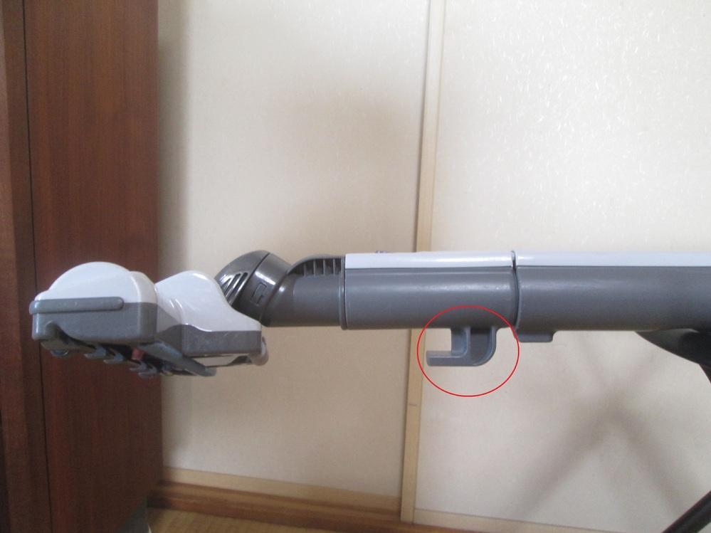 うちのおんぼろ掃除機です。 吸い込み口を横から見た図ですが、赤丸部分の突起が付いてる意味が判りません。 これが付いてるために、狭いところには入らないしコードなどに引っかかるわ百害あって一利なしで...