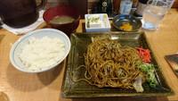 焼きそばにご飯と味噌汁をつけるのは納得できますか? (^。^)b