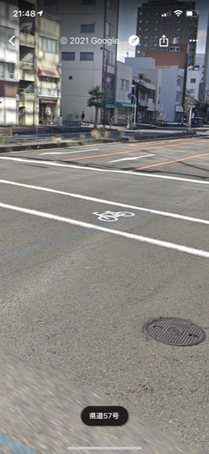 写真のような、横断歩道に自転車が描かれている場合、歩行者は渡る事は出来ますか?