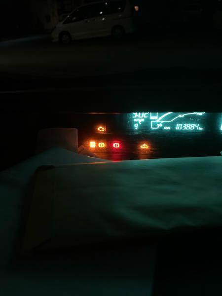 走行しているときに突然、この警告があらわれました。 ハイブリッドシステム異常警告灯 エンジン警告灯 電子制御ブレーキ警告灯 スリップ表示灯 がでてきました。 この警告灯がついたときは帰宅途中の自宅近くだったのでそのまま帰宅することができました。 このまま走行すると突然走行できなくなるという可能性はありますか? そして、ディーラー、そのほかの店ならどこに車をもっていけばみてもらえますか? 1...