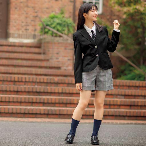 制服について、最近ジェンダーレスの一環として中高生の制服は、女子はスカート以外にスラックスが選択できるようになりました。 ところでうちの高校は、女子にスラックスがあまりにも不評だったようで、今年度から第三の選択肢としてショートパンツが選択できるようになりました。女子からの要望が出たようです。短くてもかわいく嫌らしさがない動きやすい、盗撮などの心配がなく実用的で好評で、わたしもショートパンツを...
