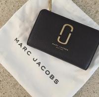 マークジェイコブスのこの財布が どこのサイトを見ても見つからず、、、 今も販売しているのか 販売しているサイト等々 分かる方いらっしゃいますか? 地元には店舗が無く コロナ禍なので、ネット販売があれば と、思っています、、