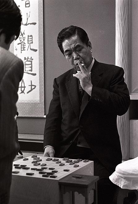 将棋はJTがスポンサーにもなってるし、 3月のライオンなどの映画にもタバコシーンがあり、 羽生九段出身の八王子将棋倶楽部も禁煙にしたら客が激減して結果的に閉鎖、 5年前でも将棋連盟の公式サイトでもタバコ吸ってる画像が載るくらい、 将棋とタバコは切っても切れない関係があるのに、なぜ将棋棋士はタバコを吸わないと主張するひとがいるのでしょうか?