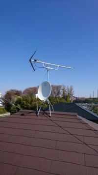 引っ越した地域が共同アンテナを使用してテレビを視聴する地域で、共同アンテナ費の徴収があります。 私の家には画像のようなアンテナが立っています。(拾い画です) 丸いアンテナにはBSと書いてありますので上...