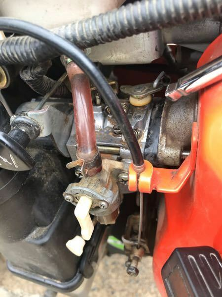 管理機ガソリンエンジン エンジン始動はいいです。 負荷を掛けると止まります。 急にアクセル吹かすと止まります。 ガソリンエンジンでアイドリングが安定してない物って、画像の指してる所が小刻みに動きますよね。 ほとんど動かずに安定してアイドリングしてますが、シャッターは閉まった状態になってます。 これは問題ないですか? 負荷を掛けたり、急にアクセル吹かすと止まったりする原因は何でしょうか?