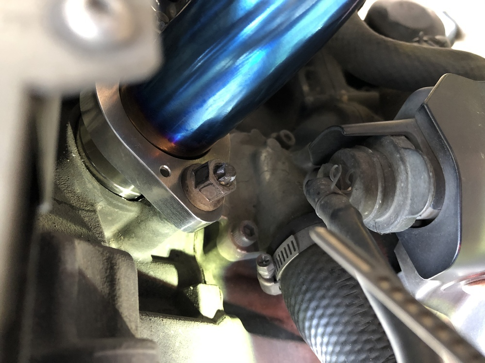 バイクのマフラーを交換しました。 エンジン出口の径とエキパイのサイズが2mmほど?合っていないのですがこういうものでしょうか? 車種はmt−09SPです。 マフラーはオーバーの25-451-13です トルクはサービスマニュアルに則っています。 排気漏れチェックですが、どう検索しても「感じ方は人それぞれでは?」と言った内容ばかりです。 漏れている場合、とんでもなく音量が上がる、明らかに臭い、...