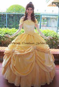美女と野獣のベルのスカートの下はどんなパンツ? . ディズニー作品「美女と野獣」のプリンセスであるベルは、 スカートが大きくフワッと膨らんだデザインの黄色いドレスを着ていますが、 ベルは、このドレスの膨らんだスカートの下には、 普段どんなパンツ(下着)をはいていると思いますか?  また、 もし、このドレス姿のベルが誤って転んで後ろにひっくり返ってしまったら ベルはどんな姿になってしまいますか...