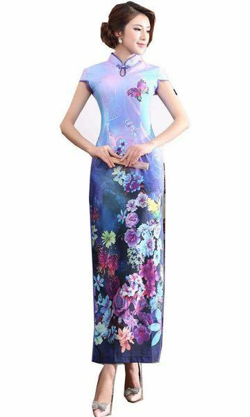 大学の先輩の結婚式にチャイナドレスを着て行きます。 ちなみに私は今年22歳の大学生で日本人です。 最初は赤やエメラルドグリーンで光沢のあるサテン生地に金の柄が入った物を考えていました。 でもネットで色々見ていたら↓これが気に入ってしまいました。 ちょっと地味じゃないかな?と心配になってます…。 お祝いの場なんですから、最初に考えていたタイプにするべきですか?