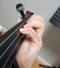 バイオリンの弦のおさえ方のことで質問があります。 私は、4の指でおさえる時、第2関節が曲がりません。 抑える力が強いのだと考えましたが、小指をまるくした上で、弦をおさえても第2関節がぴんと伸びてしまいま...