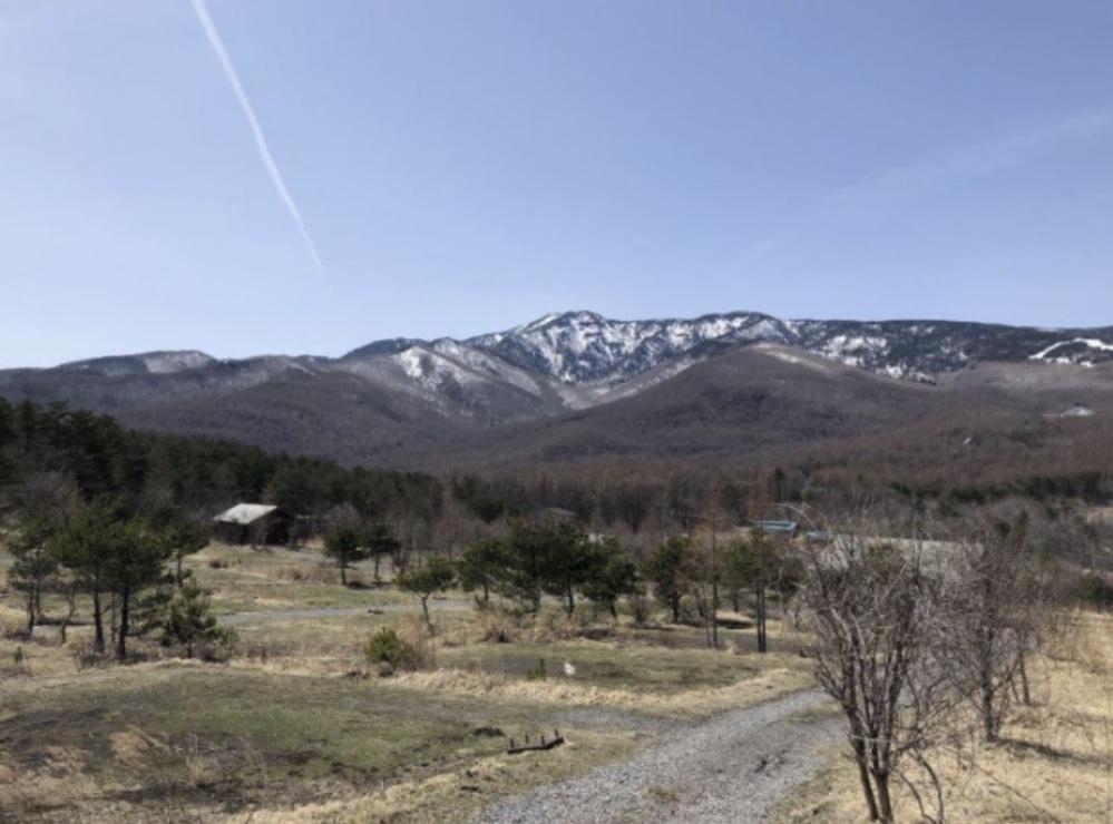 写真の山はどこでしょうか? 左の方に茶色い屋根の小屋があり中央右に青い屋根の小屋が二棟あります。