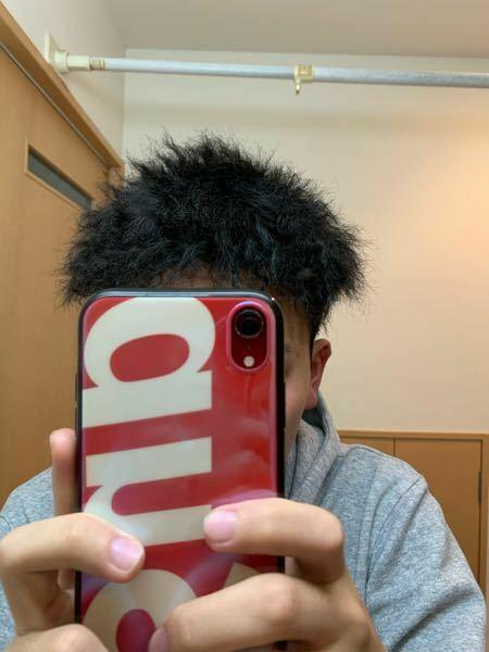 今度ドミノピザでアルバイトをしようと思っているのですが、この髪型はいけるでしょうか?(ちなみにツイストパーマをしています)