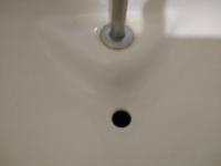 トイレの手を洗うところの下の方、緑色になったのですが、カビ取りハイターとか、キッチンハイターとか使っても問題ないと思いますか?
