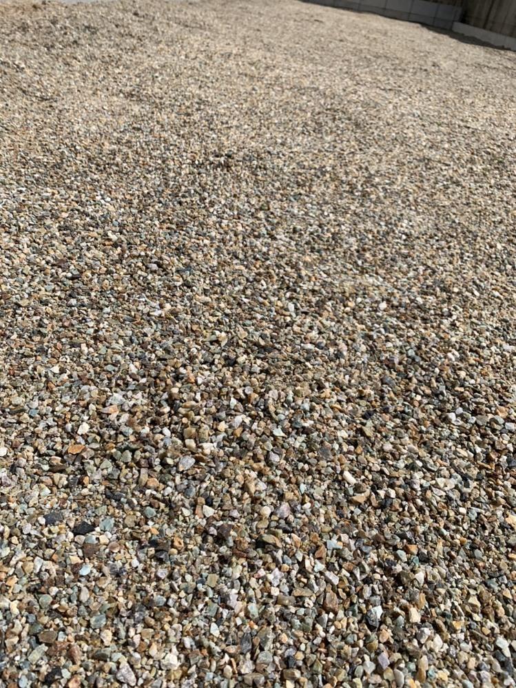 庭に防草シート・人工芝をDIYで敷こうかと思うのですが 添付のような細かい砂利のような地面の場合でも、上に山砂を敷いて転圧しても大丈夫なのか教えていただきたいです。