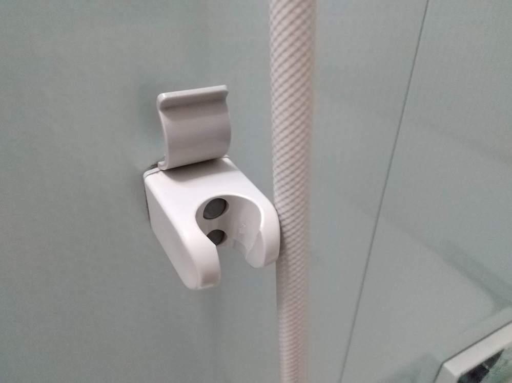 自宅のバスユニットの壁面シャワーフックの固定方法ですが、ビスが緩んできて半年ごとにビス締めをしています。 何かと面倒なのと、ビス穴がバカになってしまうのではと心配しています。 接着剤併用で固定したいのですが、amazonで入手出来る適切な商品名を教えてください。 バスユニットの壁材は、鋼板かFRPか不明で、ビス本数は4本分(2ヶ所で)です。