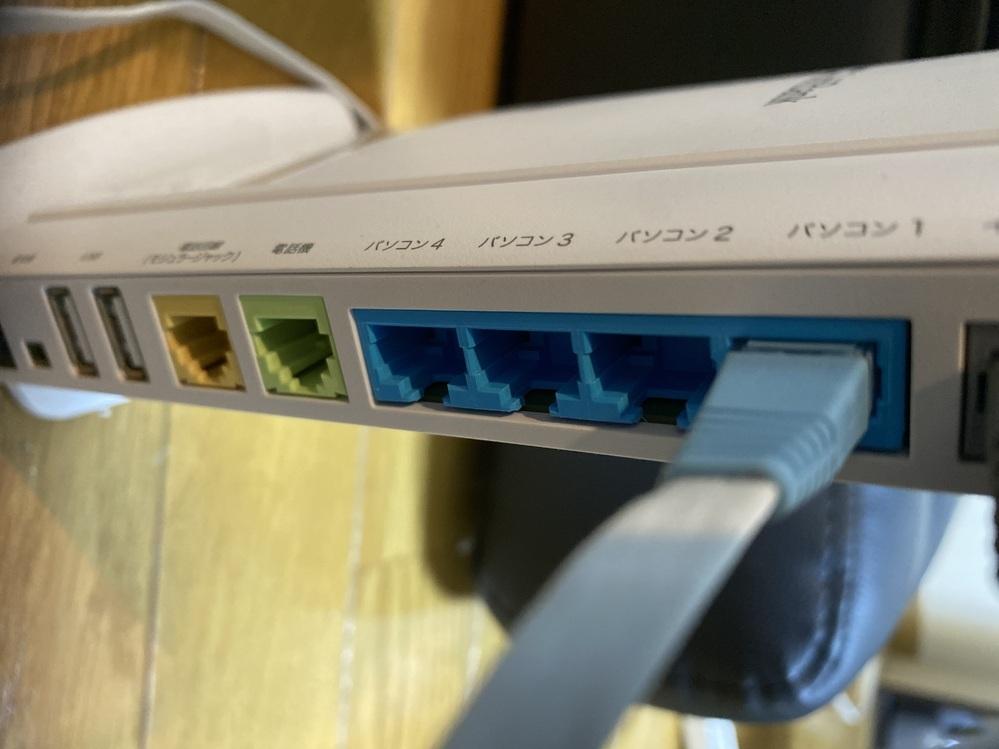 wi-fi問題で困っています。 現在softbank 光のルーターでwi-fiを使っているのですが、ルーターの後ろにLANポートが4つあり、その全てにパソコン1.2.3.4と割り振ってあります。 無線だと、よく回線が途切れる事があったので、今は有線で接続してだいぶ落ち着いたのですが、パソコンには有線で接続する事ができたのですが、テレビにLANケーブルで繋げても有線接続が出来ませんでした。 テ...