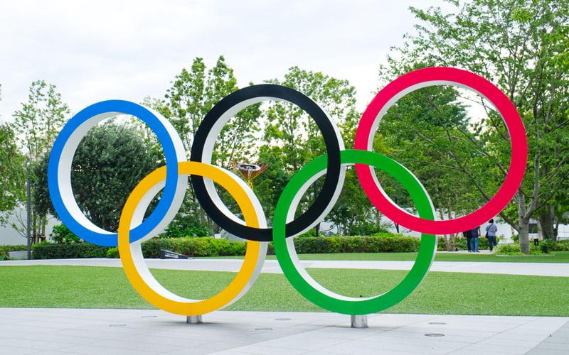 オリンピック開催をどう思いますか? 私はオリンピックや経済に詳しくはないですし、あまりいろいろ言えない立場かもしれませんが、一人の日本人として、コロナ禍の今、単純にオリンピック開催が怖いのです。 オリンピックは平和の祭典なんですよね? 平和って戦争を失くすことだけではないですよね。 世界が平和を願うなら、今年もオリンピックをしない方がよいように思えます。 これは誹謗や中傷ではなく、あくま...