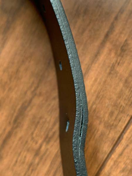 アルマーニのベルトを2月の終わりに買ってしばらく10回ぐらい使用しましたが、気が付いたら写真のようにベルト皮が剥がれてきていました。買った時の証明書とかはあります。これって不良品だと思いますかね?