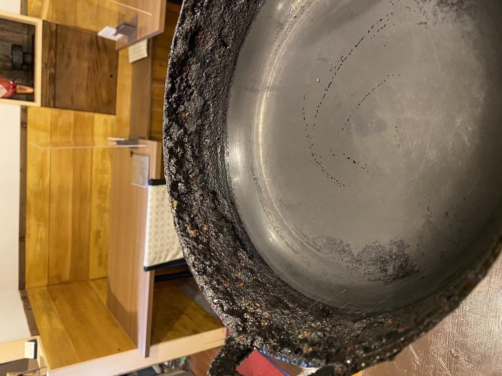 飲食店をしています。 油の鍋にこびりついた汚れの層が厚くなって全然とれません。 綺麗に取れる方法があったら教えていただきたいです。 重曹やお酢の力で取れるレベルでなくなってしまっています。