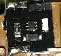 この基盤の真ん中に付いている部品の名前と役割を教えてください。 左の抵抗器は000と記載されてるのですが これは何Ω何でしょうか?