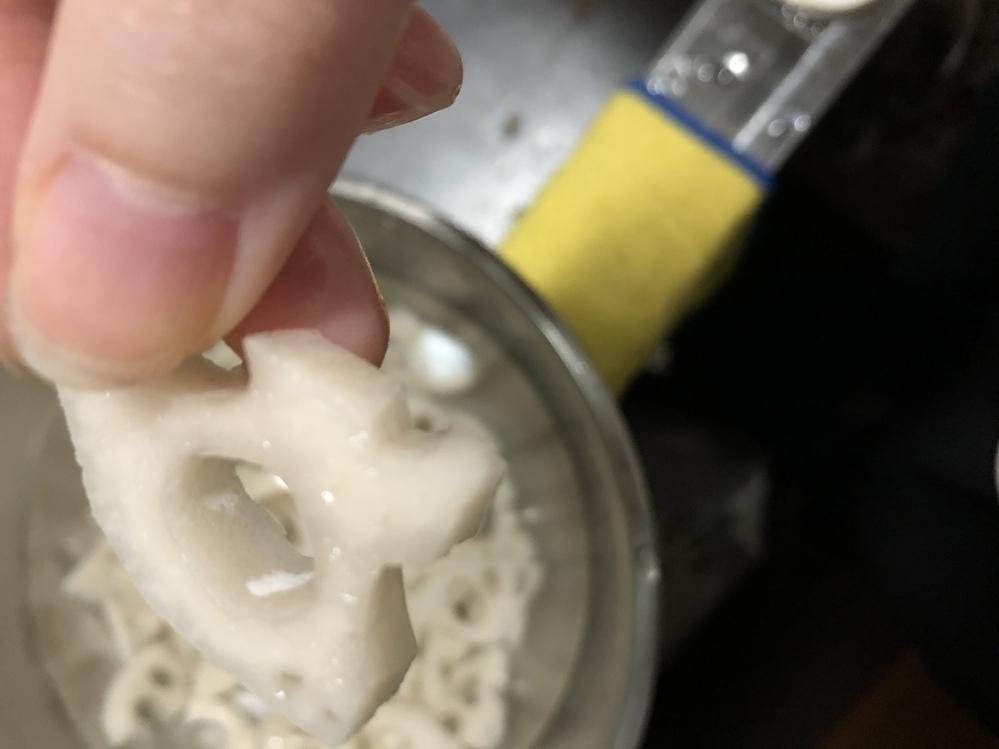 至急。 レンコンを切ったら穴の中に白いものが付着している部分があるのですがカビでしょうか? 異臭などはしないと思います。指でこすると取れるのですが、何かが乾いたようなぱらぱらとした質感です。 検索してもいまいち見当たらなかったので、詳しい方お願いします。
