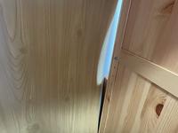 IKEA HEMNES(ヘムネス)の本棚の背面板が変形して棚が落ちました。  何度か組み立て直していますが、背面の板が剃ってしまいました。 何か手立てはないのでしょうか?  お知恵をいただけますと助かります。 なお、DIY初心者女性2名で組み立て直す予定です。