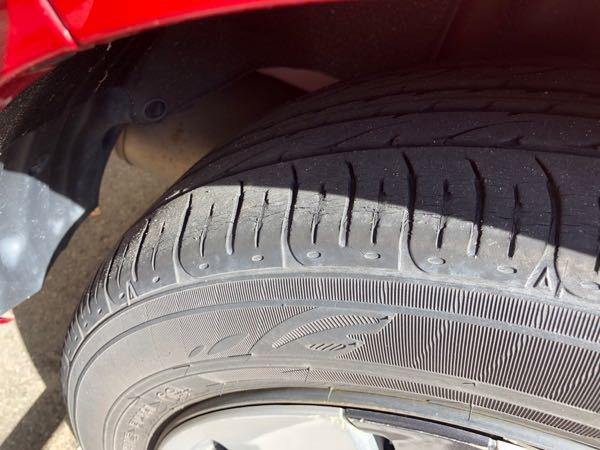タイヤの交換時期について 後ろのタイヤなんですが、気付いたらヒビが結構入っていました。これはもう交換時期に近づいているのでしょうか??