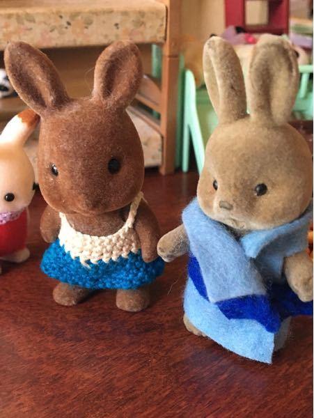 実家で娘が見つけたシルバニアファミリーの初期メンバーの中にちょっと違うウサギがいました。 写真右の子です。 口があいていて足が動きません。 何者でしょうか?