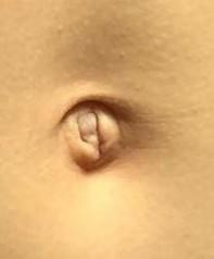 このお臍は出ているように見えますか?お臍が浅く中が見えているだけですか?このお臍は可愛いくて綺麗ですか?